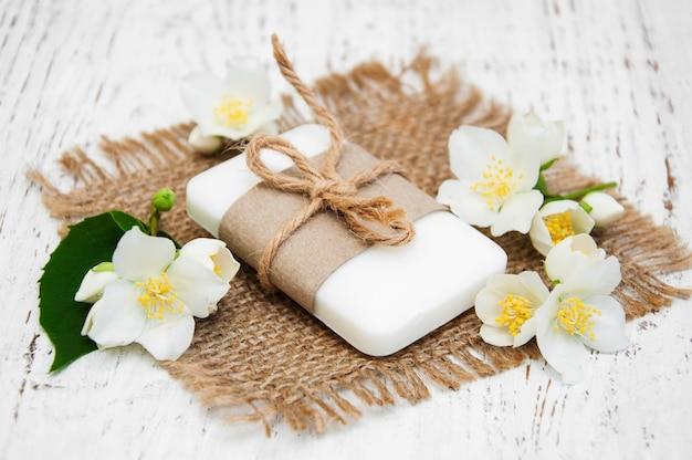 Fiori di gelsomino e sapone sul tavolo di legno