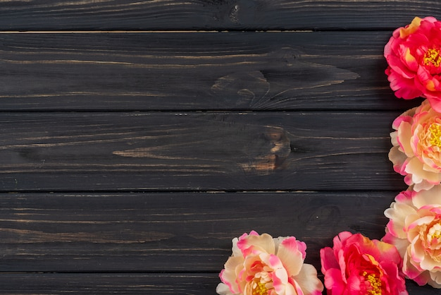 Fiori di peonia su un vecchio tavolo di legno