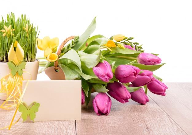 Fiori di primavera e un biglietto di auguri vuoto