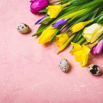 Fiori di primavera e uova di pasqua