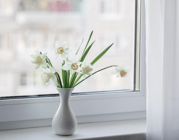 Fiori di primavera in vaso bianco