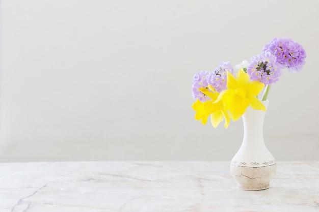Fiori di primavera in vaso sul tavolo di marmo