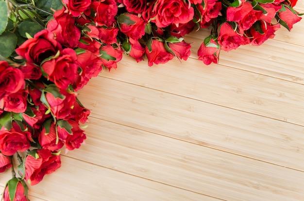Fiori di rosa disposti con copyspace