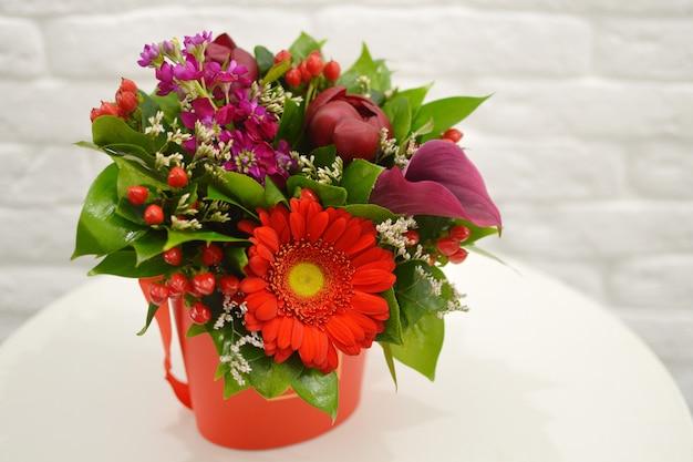 Fiori di san valentino. composizione floreale di lusso. fiori in una scatola. romantico regalo in fiore.