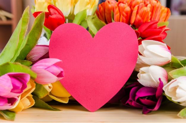 Fiori di tulipani disposti con copyspace