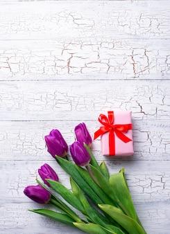 Fiori di tulipani e scatola regalo.