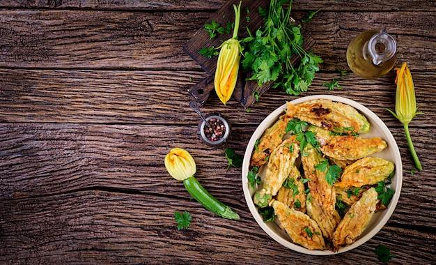 Fiori di zucca fritti ripieni di ricotta ed erbe verdi