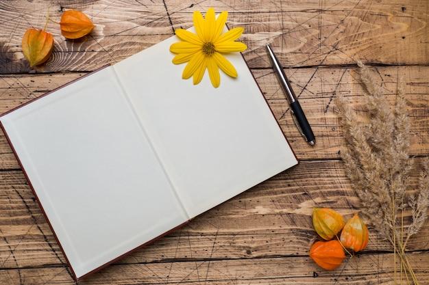 Fiori e blocco note di autunno per testo