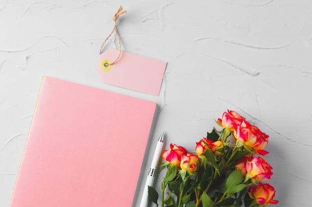 Fiori e tag di carta bianca. invio di fiori