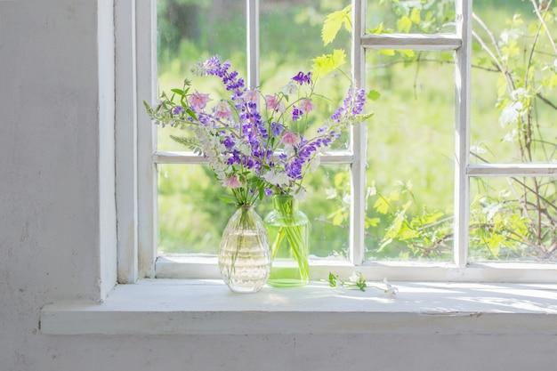 Fiori estivi in vaso sul davanzale alla luce del sole