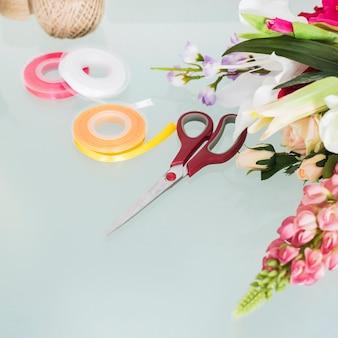 Fiori; forbici e nastri sulla scrivania