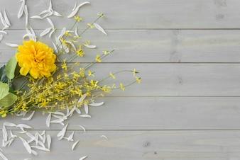 Fiori gialli sullo scrittorio di legno grigio