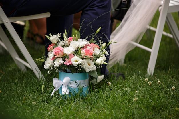 Fiori in scatola, bouquet o regalo degli ospiti per gli sposi dopo la cerimonia nuziale