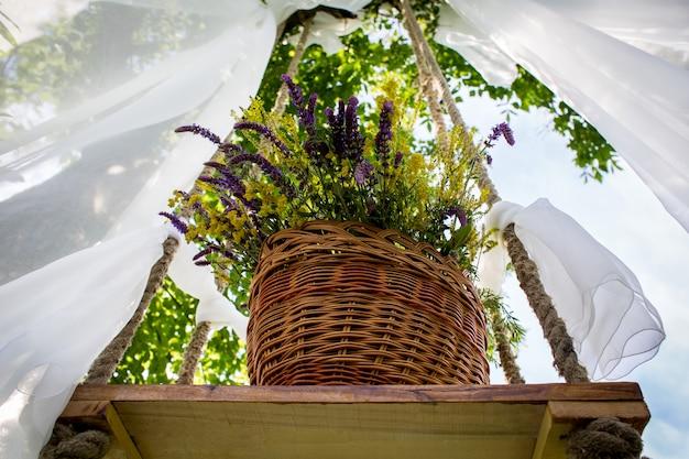 Fiori in una gabbia. l'arte della floristica. lo scenario per il servizio fotografico