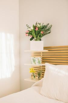 Fiori in vaso con carta bianca