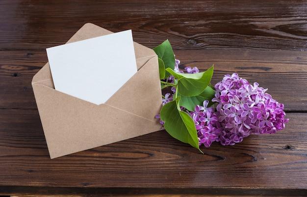 Fiori lilla sul tavolo di legno.