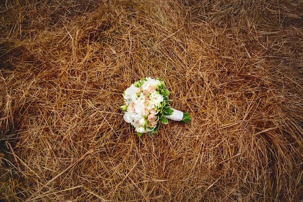 Fiori matrimonio sul campo di fieno. stile rustico.