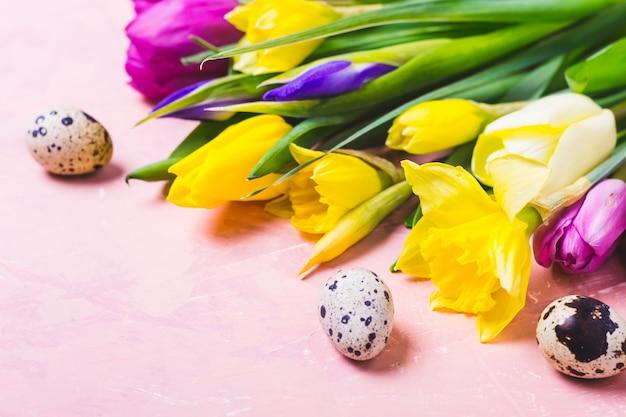 Fiori multicolori di tulipani e narcisi. auguri di buona pasqua