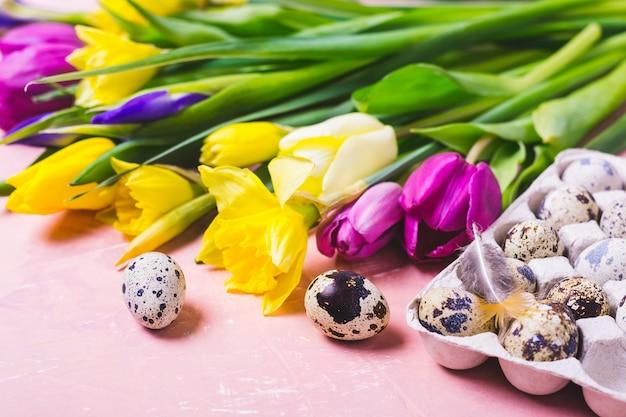 Fiori multicolori di tulipani e narcisi. buona pasqua