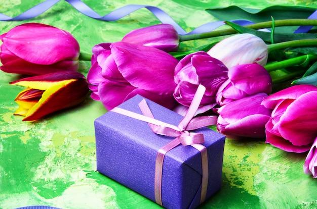 Fiori primaverili e confezione regalo