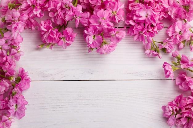 Fiori rosa su fondo in legno