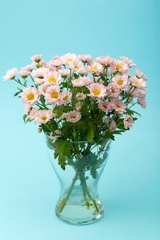 Fiori rosa su uno sfondo minimo colorato. concetto di sfondo floreale