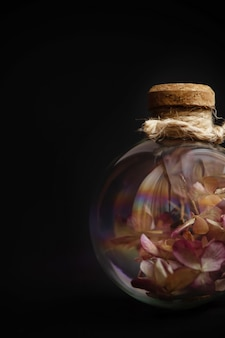 Fiori secchi dentro il bulbo di vetro