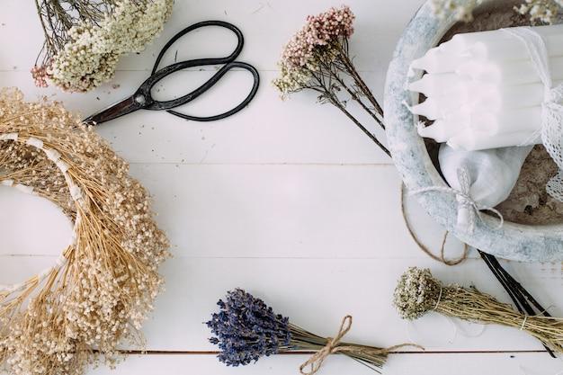 Fiori secchi e candele per la decorazione interna