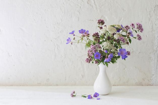 Fiori selvatici in vaso bianco