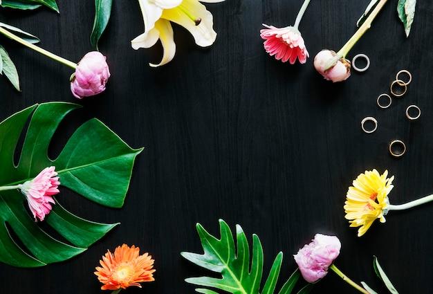 Fiori tropicali e foglie design spazio