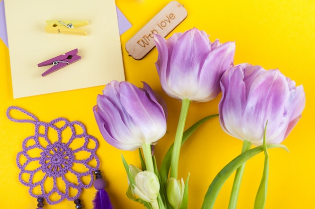 Fiori viola del tulipano e segno di legno