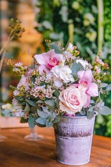 Fiorisca la composizione nella vista laterale del lithianthus dell'orchidea delle rose di secchio