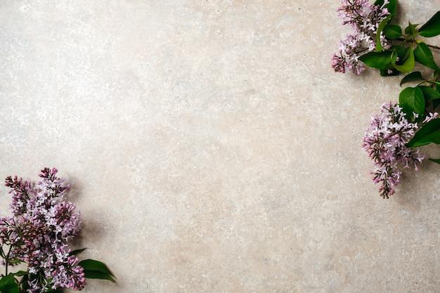Fiorisca la struttura del mazzo lilla porpora sul fondo della superficie della pietra concreta