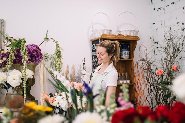 Fiorista affascinante nel negozio di fiori