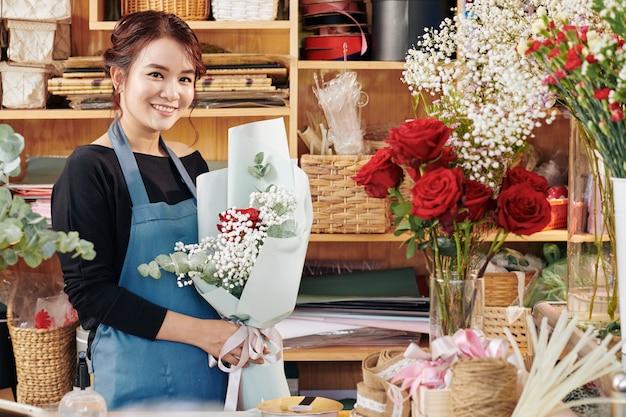 Fiorista allegro con bellissimo bouquet