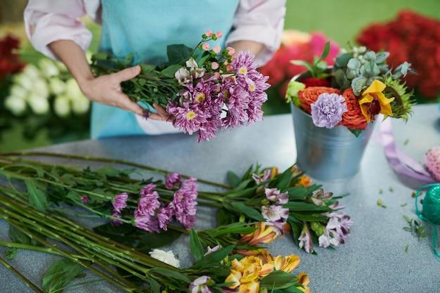 Fiorista arranging flowers closeup