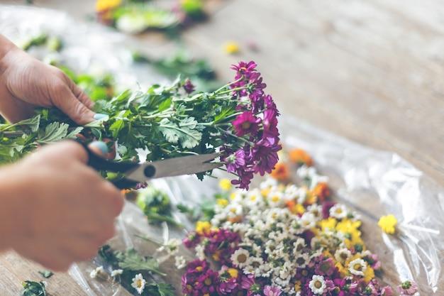 Fiorista che fa decorazione floreale