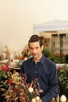 Fiorista esperto in un negozio di fiori