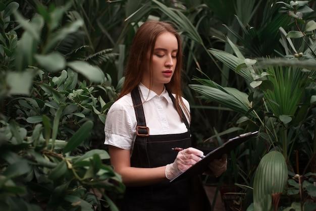 Fiorista femminile con appunti in serra