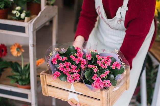 Fiorista in possesso di scatola di fiori
