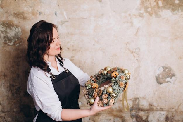 Fiorista professionista crea bouquet di fiori e decorazioni di natale e capodanno