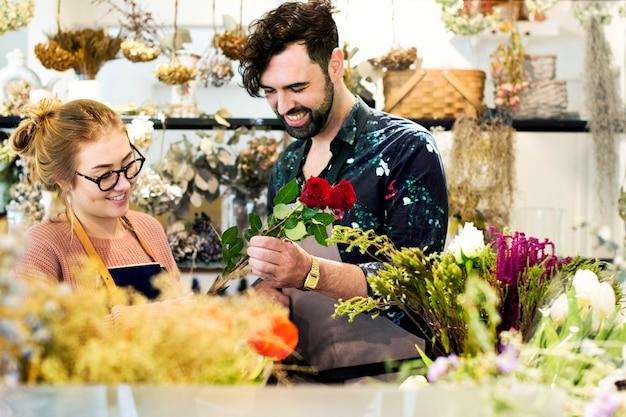 Fioristi che fanno insieme il bouquet di fiori
