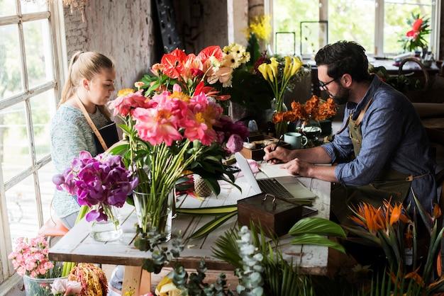 Fioristi che lavorano in un negozio di fiori