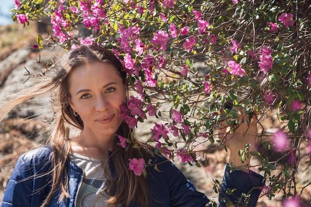 Fioritura del rododendro di maralnik nelle montagne di altai