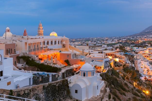 Fira, principale città di santorini di notte, in grecia