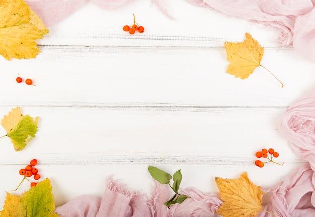 Firethorn e foglie di autunno di vista superiore con lo spazio della copia