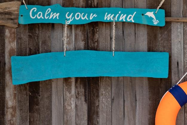 Firma con il testo calma la tua mente su fondo in legno vecchio