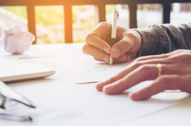 Firma dell'uomo d'affari al documento