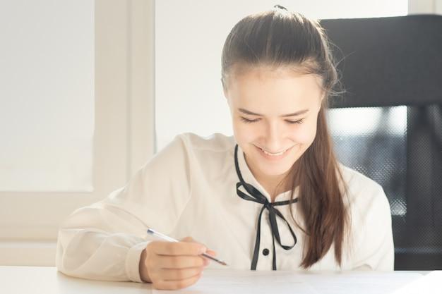 Firma di un contratto per la vendita di immobili. la donna mette una firma