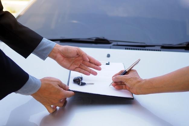 Firma il contratto di rifinanziamento dell'auto. rilascio di prestiti e prestiti